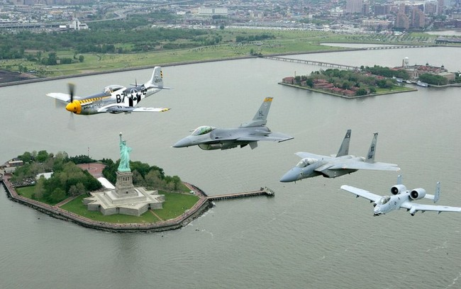 4_Air_Force_planes_over_the_statues_of_liberty